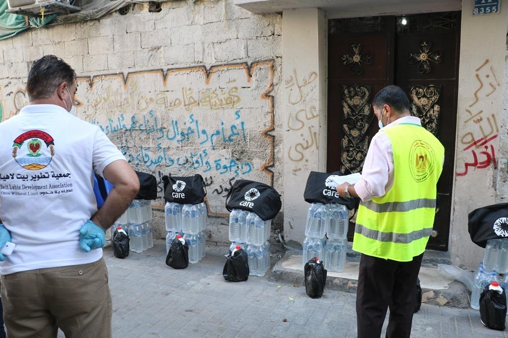 جمعية تطوير بيت لاهيا توزع حقيبة صحية ومياه معدنية لعدد 262 أسرة محجورة ومتضررة من جائحة كورونا في شمال غزة
